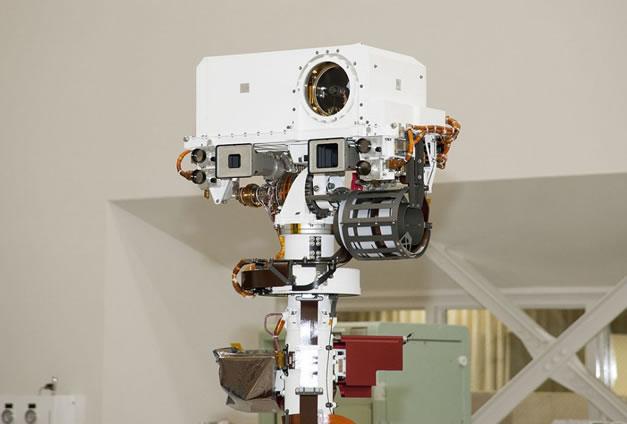En lo alto de su mástil, la ChemCam es el más poderoso láser jamás disparado fuera de la Tierra. (Foto: NASA)