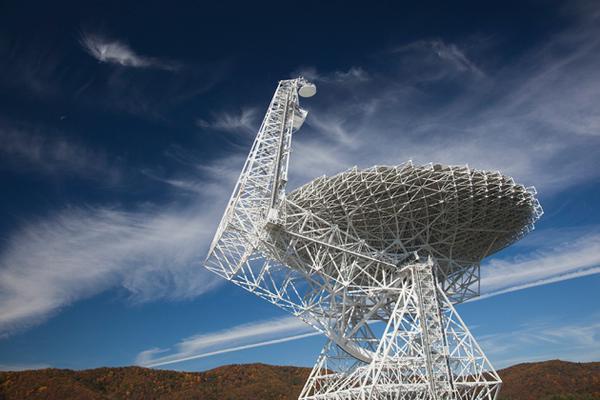 El radiotelescopio de Green Bank 100m será parte de la Iniciativa Breakthrough que escuchará la búsqueda de SETI. Crédito: NRAO / AUI / NSF