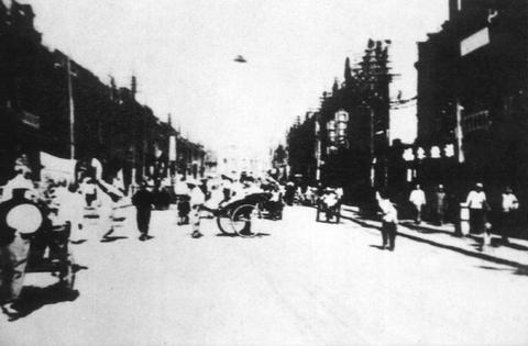 Fotografía tomada en Tiensten, Provincia Hopeh, China en 1942 y que muestra un objeto volador que pudo ver visto por muchas personas del lugar.