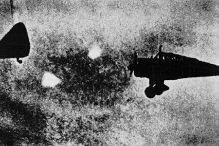 Fotografía tomada en 1940 y que muestra dos Foo Fighters muy cerca de unos aviones de la RAF.