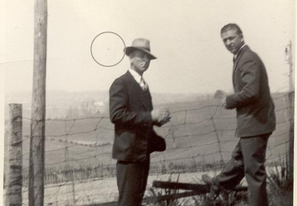 La fotografía original completa, con un círculo dibujado alrededor del objeto.