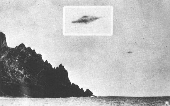 Primero plano del objeto en la fotografía tomada el  16 de enero de 1958 en la isla Trindade , Brasil. Muchos miembros de una tripulación vieron el objeto moverse en el cielo. Crédito: STUDIOVNI
