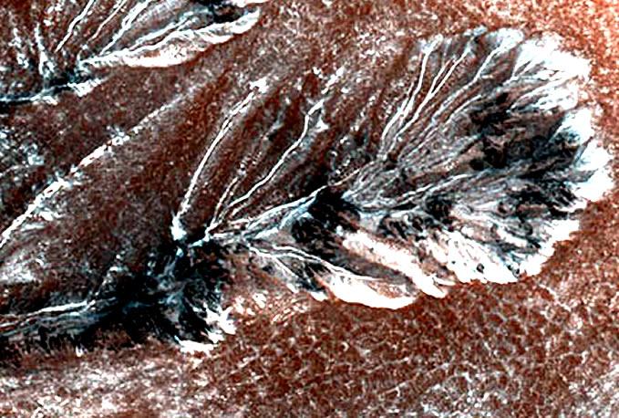 Impresionante imagen de las llanuras con escarcha en el norte de Marte (aplicando filtros).