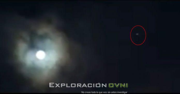 Un objeto volador luminoso fue capturado en vídeo sobrevolando el cerro Monserrate en Bogotá, Colombia. Fecha: 30 de junio 2015.