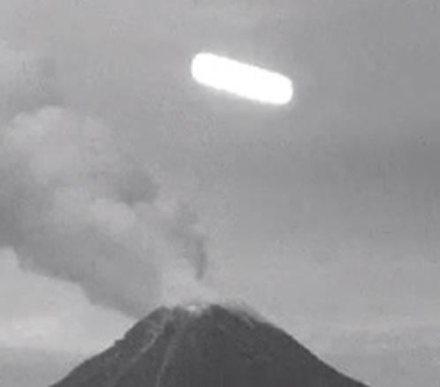 El extraño objeto fue captado por webcams que graban la actividad del Volcán.