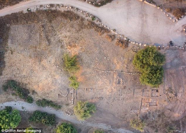 Fotografía aérea que muestra los restos de la puerta y las fortificaciones circundantes que han sido desenterradas.