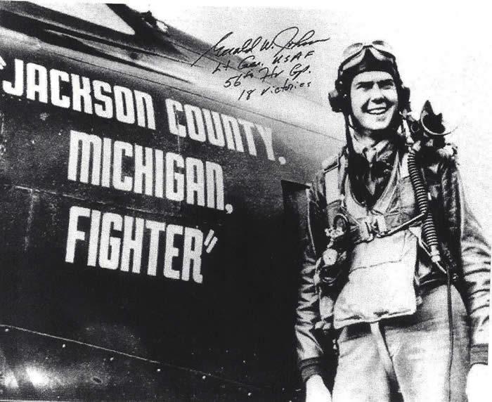 Gerald W. Johnson durante sus años de destacado piloto de combate..
