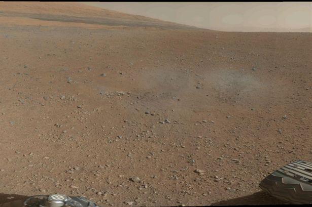 Esta imagen de la NASA lanzada el 09 de agosto de2012 muestra primera panorámica de 360 grados a color en el lugar de aterrizaje, cráter Gale, tomada por rover Curiosity de la NASA el 08 de agosto 2012