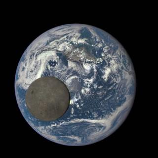 Esta imagen muestra las imágenes de la cara oculta de la luna, iluminado por el sol.