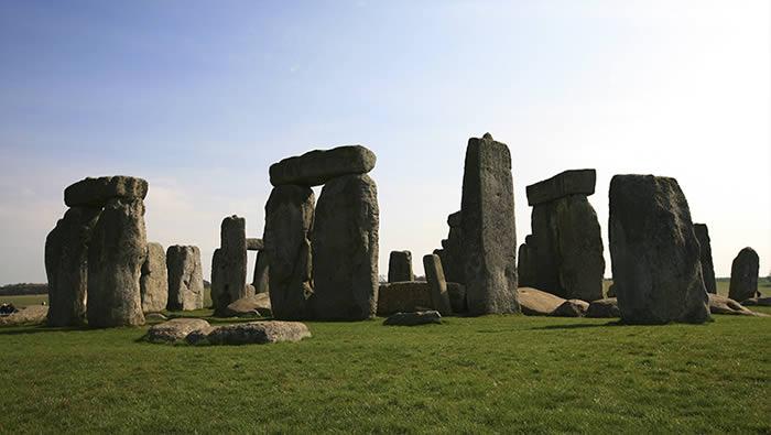 Es ahí donde se encuentra Stonehenge, el sitio que se cree fue construido por extraterrestres, también es un lugar de culto para los amantes los OVNIs.