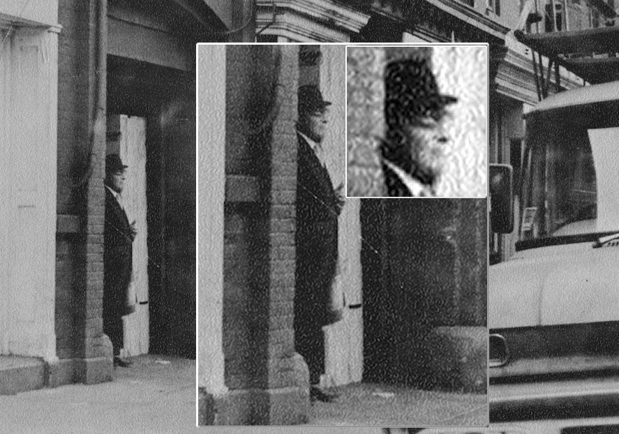 Fotografía tomada en 1968 a un presunto hombre de negro de pie frente a la vivienda de un investigador OVNI.
