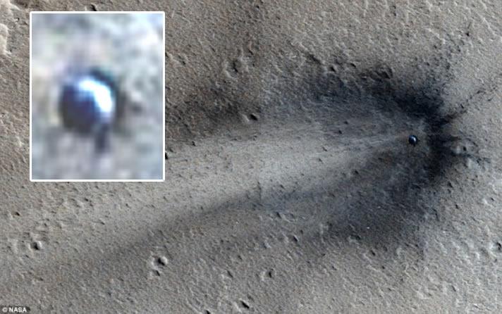 ¿Es posible que esta imagen hecha por el MRO de la NASA muestre un OVNI estrellado en la superficie de Marte? Tenga en cuenta que el posible objeto tiene forma de disco y se encuentra en el centro.