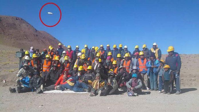 Una fotografía tomada a unos peregrinos registró un OVNI en Argentina.