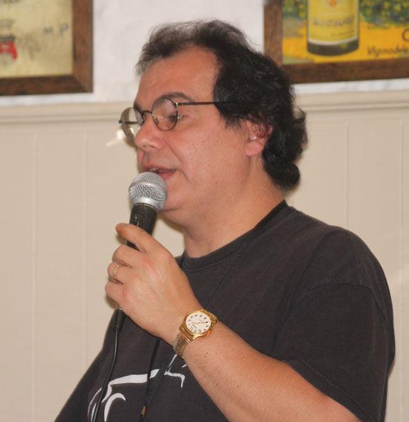 Matt Lyons habla en la conferencia