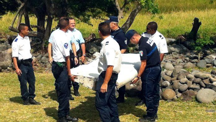 El flaperón de un Boeing 777 hallado hace unos días en la isla de la Reunión, en el Océano Índico. (Crédito: YANNICK PITOU/AFP/Getty Images).