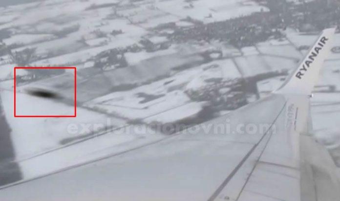 Vídeo captado por pasajero en ruta Holanda - España muestra un supuesto objeto que casi colisiona con ala del avión.