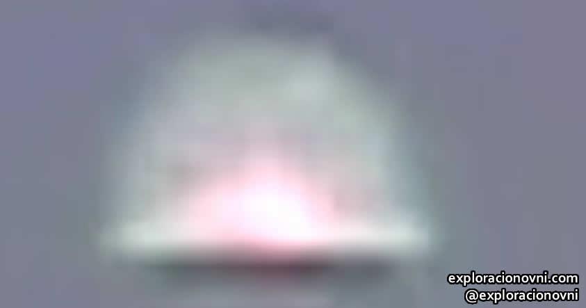 El OVNI presenta diferentes formas en ambas tomas.