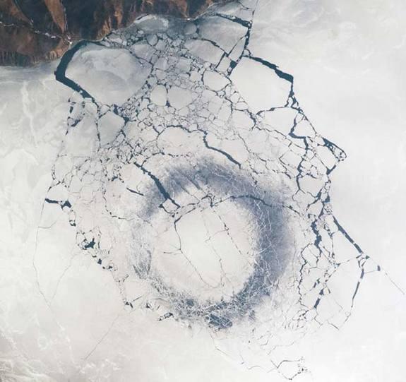 En abril del 2009 astronautas de la Estación Espacial Internacional fotografían un círculo de hielo presente en el Lago Baikal.