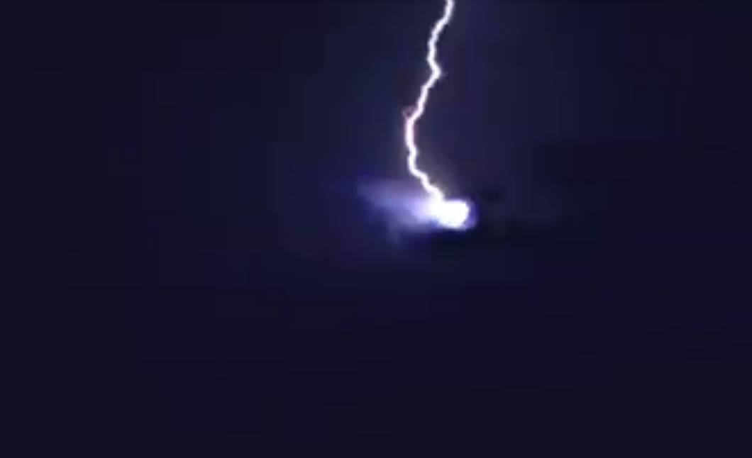 Junto al supuesto objeto un rayo hace su aparición pareciendo impactar en él.