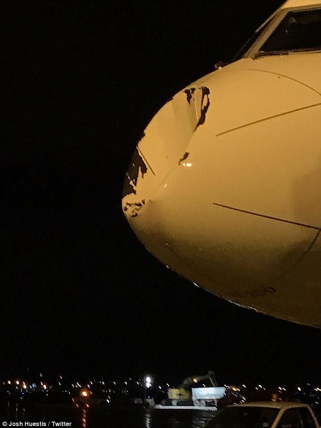 Otra toma que muestra el daño causado por el impacto de un objeto desconocido contra el avión del equipo de baloncesto. Imagen captada por Josh Huestis en Twitter después de que el equipo aterrizó.