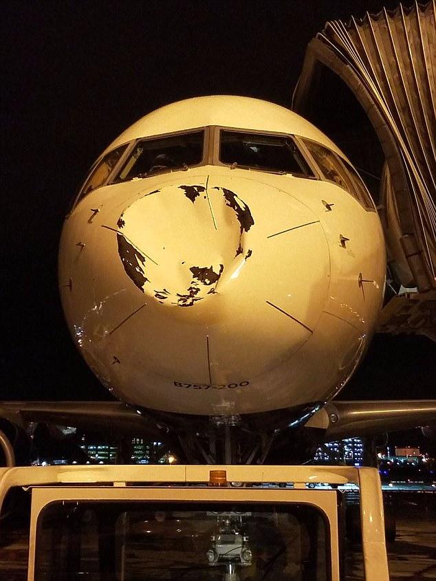 El equipo profesional de baloncesto Oklahoma City Thunder estaba en este Boeing 757-200 cuando fue impactado en pleno vuelo el viernes cuando volaban de Minneapolis a Chicago
