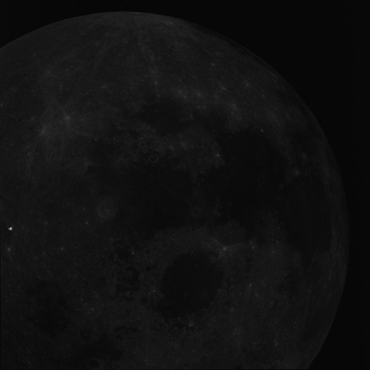Una posible nave se «oculta» en el lado izquierdo medio de la imagen. ¿Se trata de una nave extraterrestre? Clic para agrandar