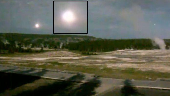 OVNI esférico y luminoso es grabado en Yellowstone