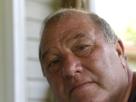 En esta foto de archivo del 9 de octubre de 2013, Calvin Parker, Jr., posa para una fotografía en su casa en Moss Point, Miss. Parker y su compañero Charles Hickson fueron supuestamente secuestrados por extranjeros el 11 de octubre de 1973, en los bancos del Pascagoula River en Pascagoula Miss. El incidente fue noticia, provocó avistamientos de OVNIs en todo el país y se convirtió en uno de los casos más ampliamente examinados en el registro