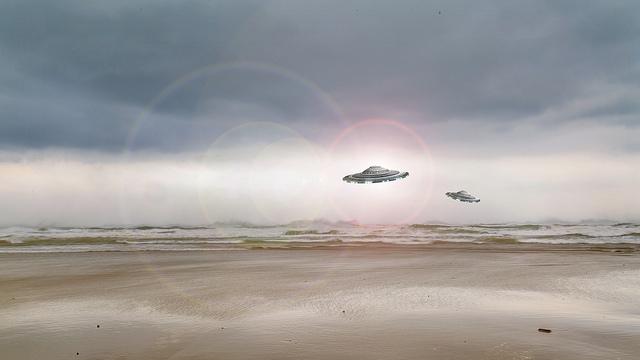 OSNIs u OVNIs sobrevolando el océano, imagen referencial