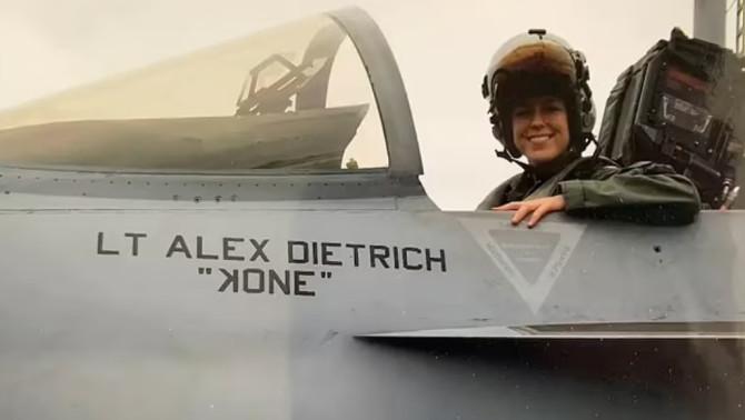 Dietrich es un ex piloto de combate de la Marina de los EE. UU.